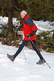 Marche mâle aînée dans la neige Image stock