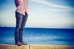 Marche masculine de jambes décontractée par le bord de la mer Photo stock
