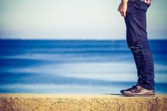 Marche masculine de jambes décontractée par le bord de la mer Photographie stock