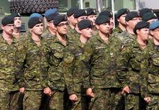 Marche militaire dans le défilé Edmonton Alberta de KDays Images stock