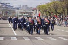 Marche militaire par la ville images libres de droits