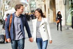 Marche moderne urbaine de couples de professionnels photographie stock libre de droits