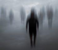 Marche mystérieuse brouillée de personnes Photos libres de droits
