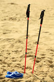 Marche nordique bâtons et chaussures violettes sur une plage sablonneuse Photo stock