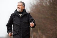 Marche nordique d'homme aîné Photo stock