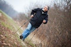 Marche nordique d'homme aîné Photo libre de droits