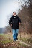 Marche nordique d'homme aîné Photos libres de droits