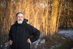 Marche nordique d'homme aîné Photographie stock libre de droits