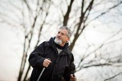 Marche nordique d'homme supérieur, Photographie stock