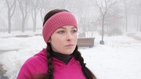 Marche nordique Jeune femme caucasienne potel?e trimardant avec les poteaux nordiques Le côté franc étroit suivent tiré banque de vidéos