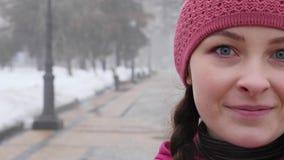 Marche nordique Jeune sourire caucasien potel? de portrait avant les exercices clips vidéos