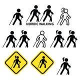 Marche nordique, les gens marchant dehors avec des icônes de bâtons réglées illustration libre de droits