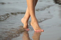 Marche nu-pieds dans le sable sur la plage Photo stock