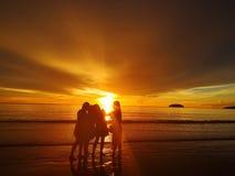 Marche nu-pieds sur seule la plage photographie stock libre de droits