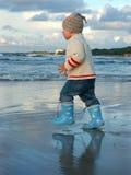 Marche par l'eau Images stock