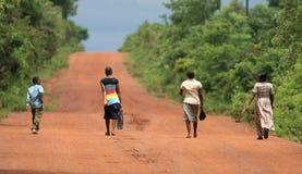 Marche par la savane en Afrique Photographie stock