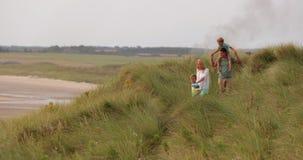 Marche par les dunes de sable banque de vidéos