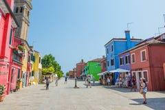 Marche par les rues de Burano Photographie stock libre de droits