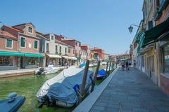 Marche par les rues de Murano Photos stock