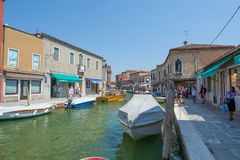 Marche par les rues de Murano Images stock