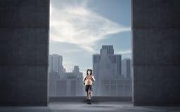 Marche par une trappe photographie stock libre de droits