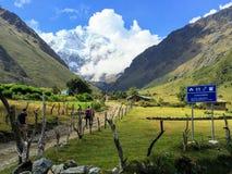 Marche par une vallée ouverte le long de la traînée de Salkantay sur images stock