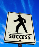 Marche piétonnière blanche avec le connexion de mot de succès le ciel bleu Photographie stock libre de droits