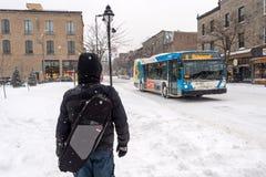 Marche piétonnière sur l'avenue Mont-royale pendant la tempête de neige image stock