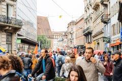Marche politique pendant un jour national français contre la La de Macrow Image libre de droits
