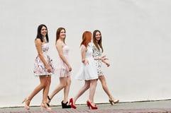 Marche quatre des amies de jeunes femmes Photo libre de droits