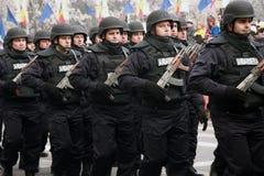 Marche roumaine de policemans d'émeute, jour national Image stock