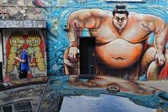 Marche sous une sumo sur le mur Image stock