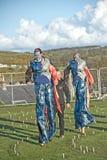 Marche sur des échasses par le labyrinthe Image stock