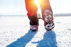 Marche sur la neige avec des chaussures de neige et des transitoires de chaussure en hiver image stock