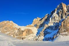 Marche sur la neige dans les Alpes photographie stock