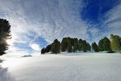 Marche sur la neige dans les Alpes images libres de droits