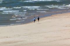 Marche sur la plage Photographie stock libre de droits