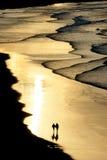 Marche sur la plage avec la lumière de coucher du soleil Photo libre de droits