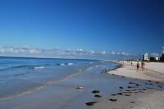 Marche sur la plage de sièste photographie stock