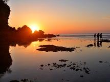 Marche sur la plage romantique au coucher du soleil Images libres de droits