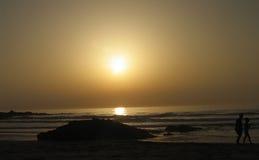 Marche sur un coucher du soleil Photos stock