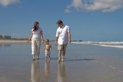 Marche sur une plage images stock