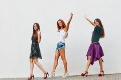Marche trois des amies de jeunes femmes Photographie stock libre de droits
