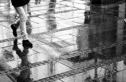 Marche un jour pluvieux Image libre de droits