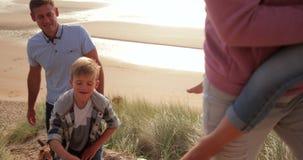 Marche vers le haut de la dune de sable clips vidéos