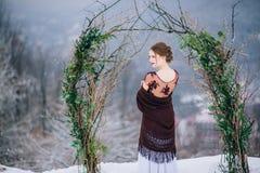 Marchent le marié et la jeune mariée dans les montagnes carpathiennes Photos libres de droits