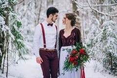 Marchent le marié et la jeune mariée dans les montagnes carpathiennes Images libres de droits