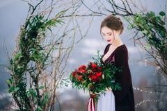 Marchent le marié et la jeune mariée dans les montagnes carpathiennes Image stock