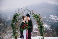Marchent le marié et la jeune mariée dans les montagnes carpathiennes Images stock
