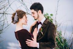 Marchent le marié et la jeune mariée dans les montagnes carpathiennes Image libre de droits